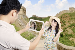 Par tar bilden i stor vägg för porslin Arkivfoton
