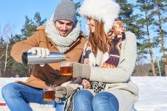 Par tar ett avbrotts- och drinkte royaltyfri bild