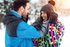 Par tycker om på vinterögonblick Arkivfoto