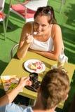 Par tycker om terrassen för kaffeefterrättrestaurangen Royaltyfria Bilder