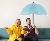 Par under en paraplysymbol fotografering för bildbyråer