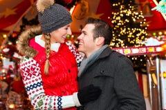 Par under julen marknadsför eller adventsäsong royaltyfri foto
