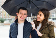 Par under paraplyet utomhus Royaltyfri Fotografi