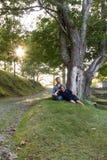 Par under träd i sommar Arkivfoto