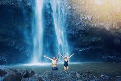 Par under vattenfallet Arkivbilder