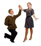 Par utför en dans i dräkterna av 60-tal Arkivfoto