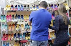 Par väljer produkter i en mässa för gatamarknad Arkivbilder