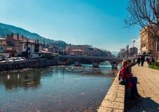 Par vid floden i Sarajevo Fotografering för Bildbyråer
