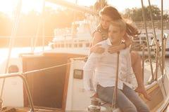 Par yacht, solnedgång Royaltyfria Bilder