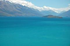 Paraíso azul - lago de la montaña foto de archivo