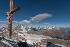 PARAÍSO DA GELEIRA DE MATTERHORN, SUÍÇA - 27 DE OUTUBRO DE 2015: Crucificação no paraíso da geleira de Matterhorn perto do pico d Foto de Stock Royalty Free