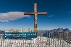 PARAÍSO DA GELEIRA DE MATTERHORN, SUÍÇA - 27 DE OUTUBRO DE 2015: Crucificação no paraíso da geleira de Matterhorn perto do pico d fotografia de stock royalty free