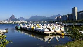 Paraíso das crianças, barcos do pedal na lagoa fotografia de stock