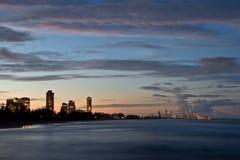 Paraíso de la persona que practica surf en la puesta del sol fotografía de archivo libre de regalías
