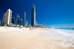 PARAÍSO de las PERSONAS QUE PRACTICA SURF, AUS - 3 de octubre de 2015 horizonte y una playa de Surfe Imágenes de archivo libres de regalías