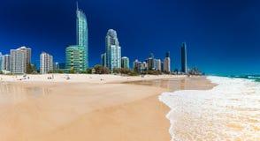 PARAÍSO de las PERSONAS QUE PRACTICA SURF, AUS - 3 de octubre de 2015 horizonte y una playa de Surfe Imagenes de archivo