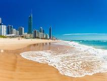 PARAÍSO de las PERSONAS QUE PRACTICA SURF, AUS - horizonte de sept. del 05 de 2016 y una playa de la resaca Imagen de archivo libre de regalías