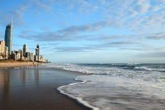 Paraíso de las personas que practica surf con las ondas en la falta de definición de movimiento Foto de archivo libre de regalías