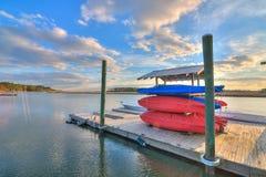 Paraíso del ` s del Kayaker con el muelle en la puesta del sol foto de archivo libre de regalías
