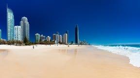 PARAÍSO dos SURFISTAS, AUS - 3 de outubro de 2015 skyline e uma praia de Surfe Imagem de Stock