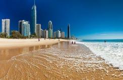PARAÍSO dos SURFISTAS, AUS - skyline SEPT do 05 2016 e uma praia da ressaca Imagens de Stock Royalty Free