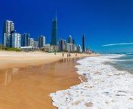PARAÍSO dos SURFISTAS, AUS - skyline SEPT do 05 2016 e uma praia da ressaca Fotografia de Stock