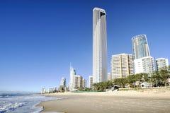 Paraíso frente al mar, Gold Coast, Australia de las personas que practica surf fotografía de archivo libre de regalías