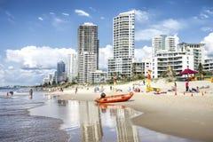 Paraíso frente al mar, Gold Coast, Australia de las personas que practica surf fotografía de archivo