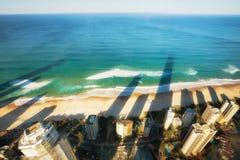 Paraíso frente al mar, uno de las personas que practica surf de los destinos más populares del día de fiesta de Australia Fotos de archivo