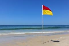 Paraíso seguro Queensland Australia de las personas que practica surf de la bandera del área que nada Fotografía de archivo libre de regalías