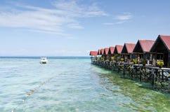 Paraíso tropical Borneo de la turquesa de la opinión de la isla de Mabul del floati imagen de archivo libre de regalías