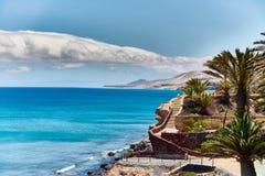 Paraíso tropical con agua azul, el cielo azul, y las palmeras en Fuerteventura Foto de archivo