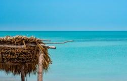 Paraíso tropical con una choza de la palma y de madera que ofrece un fondo del océano de la azul-turquesa en México imágenes de archivo libres de regalías