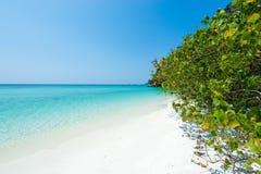 Paraíso tropical de la playa por completo del agua cristalina de la turquesa y de la bahía blanca de la arena Fotografía de archivo