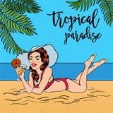 Paraíso tropical Mujer en la playa con un cóctel Fotos de archivo libres de regalías