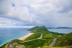 Paraíso tropical, a vista de dois oceanos que encontram-se em StKitts foto de stock