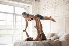 Para ćwiczy wpólnie acro joga w domu zdjęcie royalty free