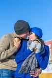 Para ściska filiżanki kawy w zima pulowerze Fotografia Stock