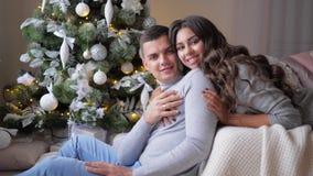 Para ściska w domu na tła jedlinowym drzewie, romantyczni momenty na wigilii nowy rok zbiory wideo