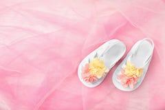 Para śliczni dziecko sandały na kolor tkaninie Fotografia Royalty Free
