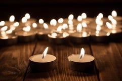 Para świeczka i rozmyte świeczki na stary drewnianym obraz royalty free
