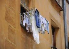 Para arriba colgada ropa en una ventana Imagenes de archivo