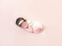Para arriba encrespado bebé en traje en colores pastel hecho punto imagenes de archivo