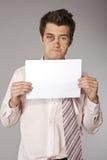 Para arriba hombre de negocios batido jóvenes con el mún documento de los resultados de ventas Imagenes de archivo