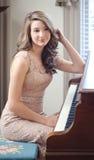 Para arriba vestida adolescente en el piano Imagen de archivo libre de regalías