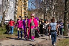 Para arriba vestida gente que camina en un parque Foto de archivo libre de regalías