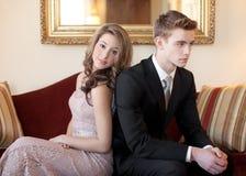 Para arriba vestidas adolescencias en el sofá Fotografía de archivo libre de regalías