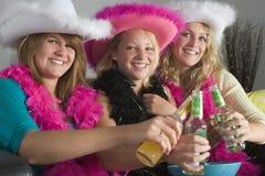 Para arriba vestidos adolescentes que disfrutan de bebidas Imágenes de archivo libres de regalías