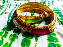 Para av armringar som inkorporeras med rosa och gröna stenar royaltyfri foto