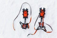 Para av crampons med grov spik för att klättra i berg Arkivbild